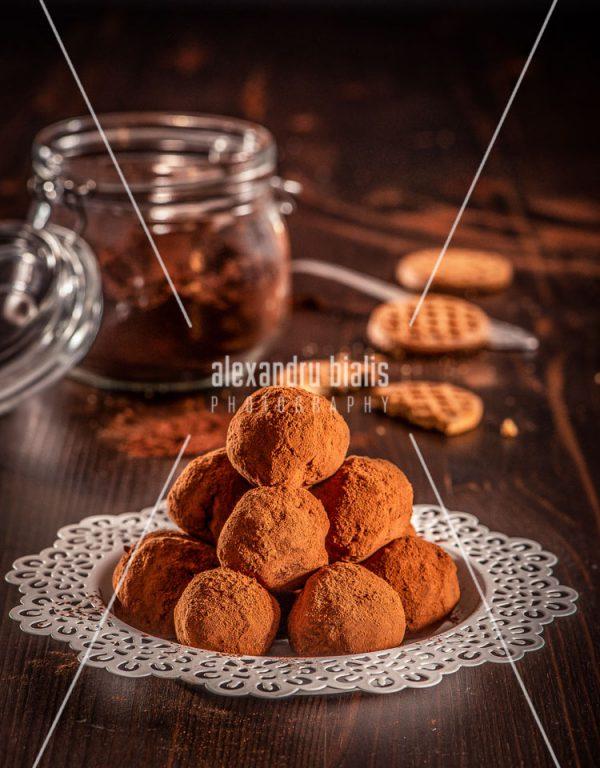fotografie-culinara-Bile de ciocolata si biscuiti